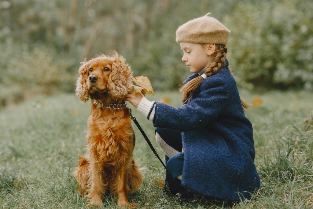 Jeune fille avec un chien